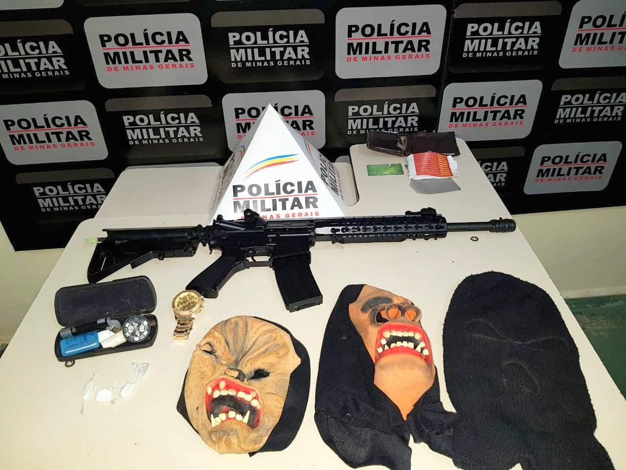 Máscaras, drogas e réplica de arma apreendidas em Manhumirim